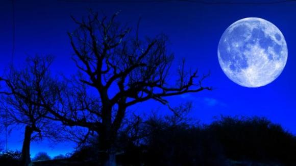"""Astronomia, oggi è il giorno della """"Luna Blu"""": spettacolo nei cieli anche con Giove e Saturno"""