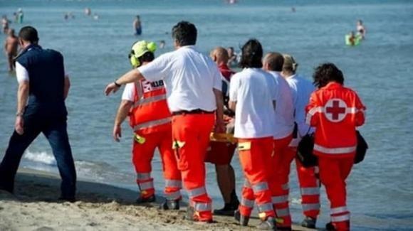 65enne ha un malore e muore in spiaggia davanti ai bagnanti