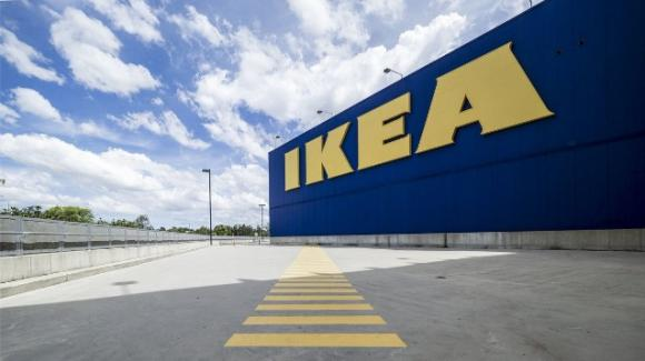Piacenza, dipendenti Ikea sprovvisti di Green Pass pranzano seduti a terra