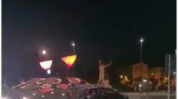 Ballano nudi sull'auto dei carabinieri: com'è finita a due turisti tedeschi
