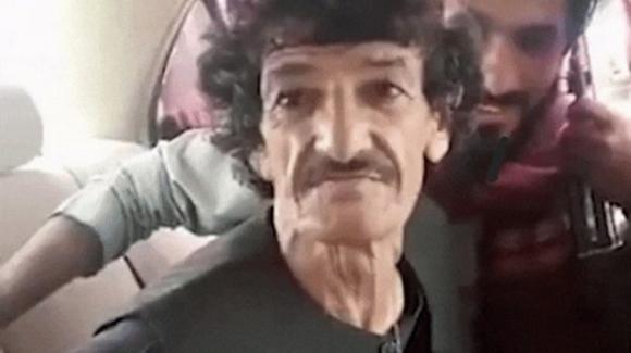 Comico afghano continua a deridere i talebani mentre lo accompagnano alla sua esecuzione