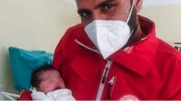 La piccola Hina, profuga afghana, nasce in Italia: il padre è stato fucilato dai talebani
