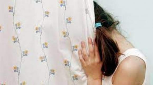 Bologna: 30enne stupra una 12enne e minaccia di inviarle i servizi sociali a casa