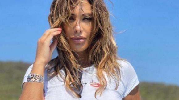 """Sabrina Salerno si candida a """"Miss Maglietta Bagnata"""" e parla della perizia al seno"""