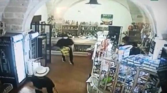 Rapinatori assaltano un bar: messi in fuga dalle bariste e da un'anziana armata di scopa
