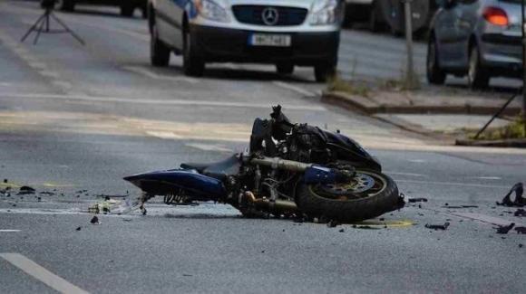 Muore a 21anni dopo uno schianto con la moto: una tragedia che non ha un perché