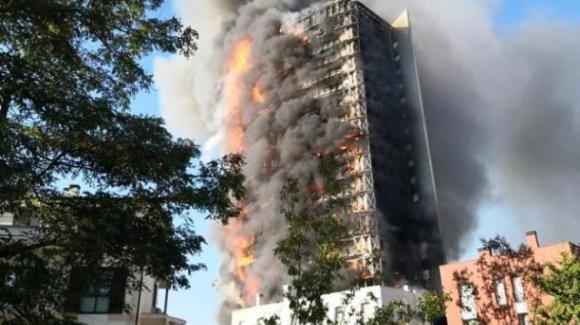 Inferno a Milano, Torre Moro avvolta dalle fiamme: panico e continue esplosioni
