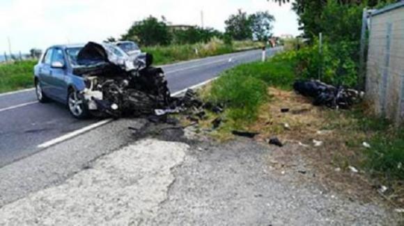Marito e moglie muoiono a poche ore di distanza dopo incidente in moto: lasciano bimbo di 11 anni