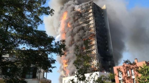 Maxi incendio e tanta paura in uno dei grattacieli di Milano