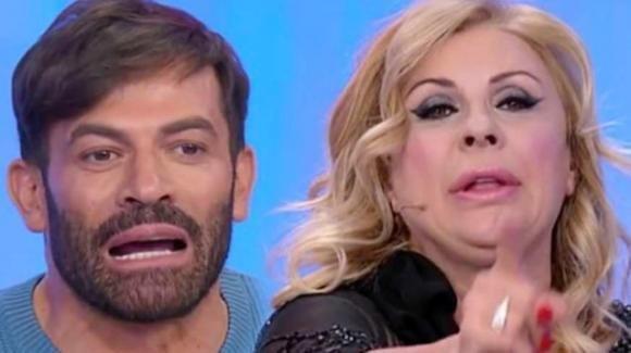 """Tina Cipollari imbufalita con Gianni Sperti: """"Che domande fai?"""""""