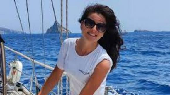 Castellammare di Stabia, barca in fiamme: Giulia muore asfissiata a 29 anni