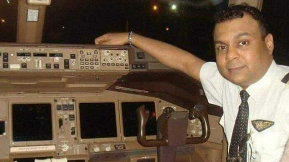 India, pilota ha un malore durante il volo, ma prima salva i 124 passeggeri e poi muore