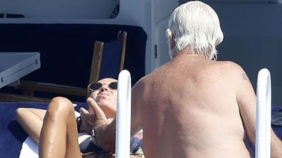 """Briatore-Gregoraci, lui la tocca e lei si infastidisce: cosa emerge dagli scatti di """"Oggi"""""""