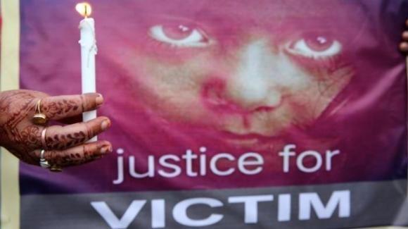 India: 4 uomini, tra cui un prete, incriminati per lo stupro e omicidio di una bambina di 9 anni