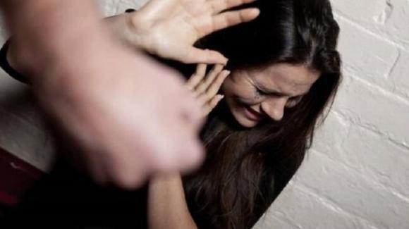 Prende a bastonate la ex incinta di 8 mesi: arrestato minorenne a Livorno