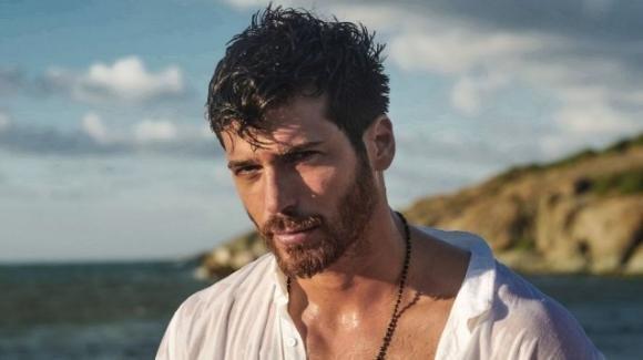 Can Yaman fa baldoria a Belgrado: l'attore turco tra lap-dance e belle donne in un noto night