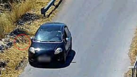 Piromane 74enne incastrato dalle telecamere: aveva lanciato della carta in fiamme dall'auto