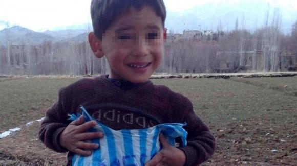 """Afghanistan, il piccolo Murtaza invoca l'aiuto di Messi: """"Salvami dai talebani"""""""