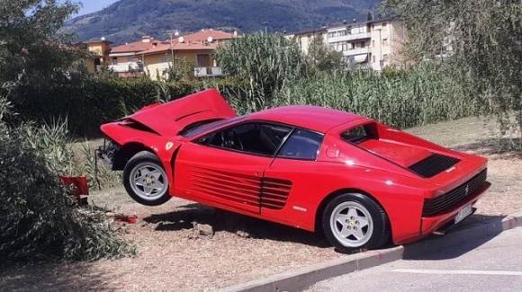 70enne distrugge una Ferrari cercando di realizzare un video da postare sul web