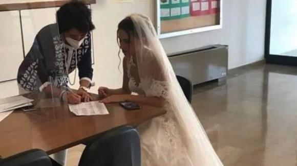 Due si nello stesso giorno: prof firma contratto a scuola in abito da sposa e corre in chiesa