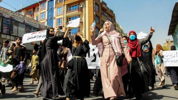 Il coraggio delle donne afghane che scendono in piazza a rivendicare i loro diritti