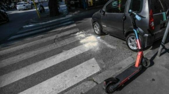 Roma, scontro tra auto e monopattino: un morto