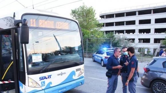 Rimini, richiedente asilo accoltella 5 persone su un bus: gravemente ferito un bimbo