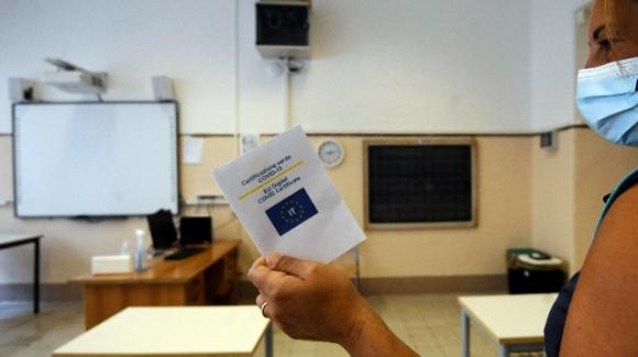 Ancona, a Fabriano sospesa una docente no-vax Covid: riteneva falsi anche i risultati dei tamponi