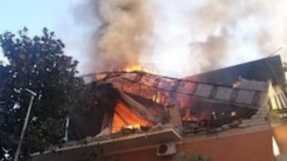 Roma, esplosione e crollo in un palazzo a Torre Angela: 2 feriti mentre si scava tra le macerie