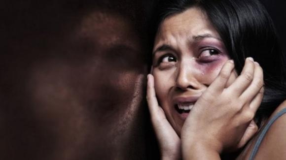 India, stuprata in un furgone con una sbarra di ferro: donna muore tra atroci sofferenze