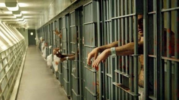 Firenze: detenuti tentano di dare fuoco ad una guardia carceraria