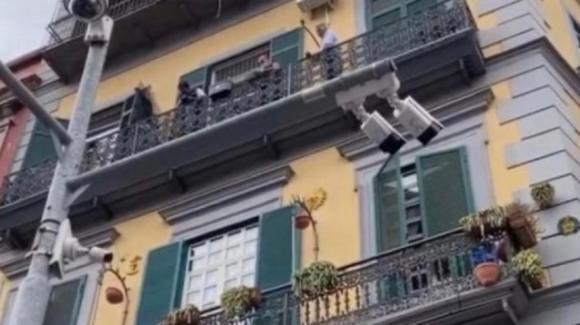 Bimbo caduto dal balcone a Napoli: spunta un testimone