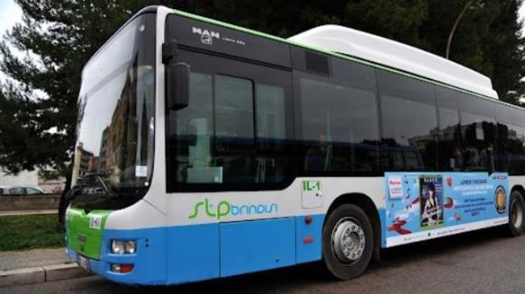 Brindisi, bus lascia a terra gli studenti a San Pietro Vernotico: mezzo troppo pieno