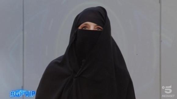 """GF Vip, Jo Squillo si presenta in diretta con il burqa: """"Lo faccio per le donne di Kabul"""""""