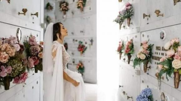 Napoli, prima di sposarsi l'omaggio alla tomba del papà: la foto commuove il web