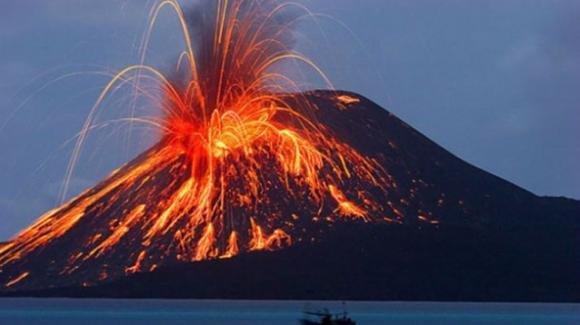 Vulcano in eruzione alle Isole Canarie provoca emissioni tossiche di anidride solforosa