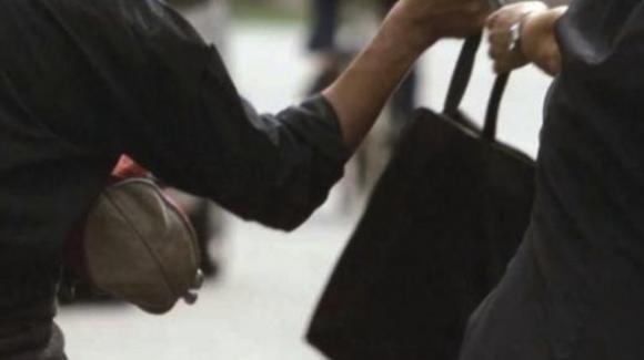 Bologna: aggredita e scippata alla stazione, ma una delle ladre è sua sorella