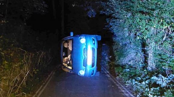 UK, rapporto intimo in auto: urtano il freno a mano e cadono giù dalla collina ribaltandosi