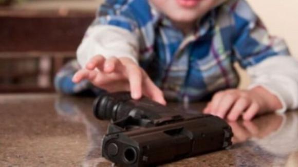 USA, bimbo muore nel giorno del suo compleanno: si è sparato un colpo di pistola accidentalmente