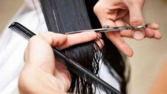 India: parruchiere sbaglia taglio di capelli ad una modella, condannato a pagare 230mila euro