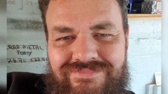 Regno Unito, l'ambulanza sbaglia indirizzo di casa: padre 36enne muore di Covid