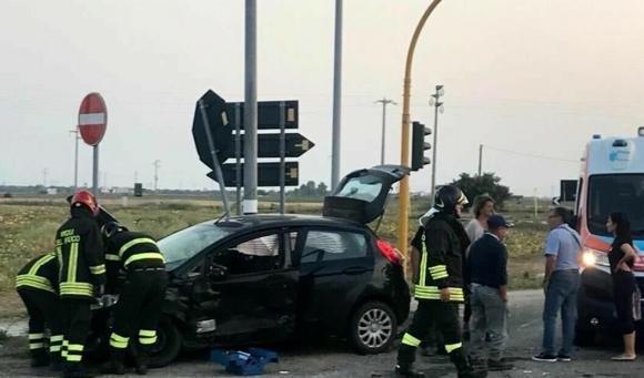 Brindisi, scontro tra due auto all'incrocio tra due provinciali: tre feriti