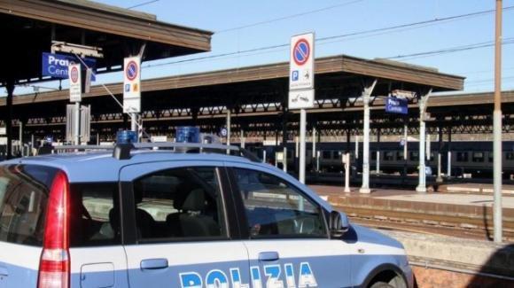 Prato: aggredita e spinta dalle scale della stazione per rapina, 62enne è grave