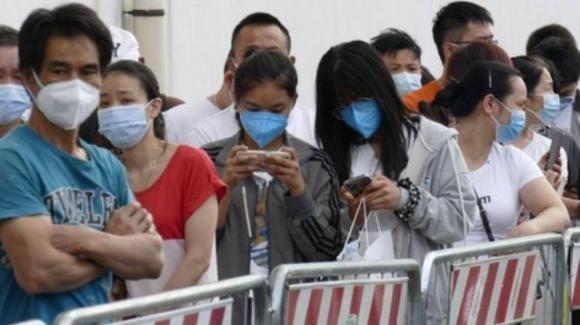 Prato: 23enne cinese non vaccinata muore di Covid, assalto dei connazionali agli hub