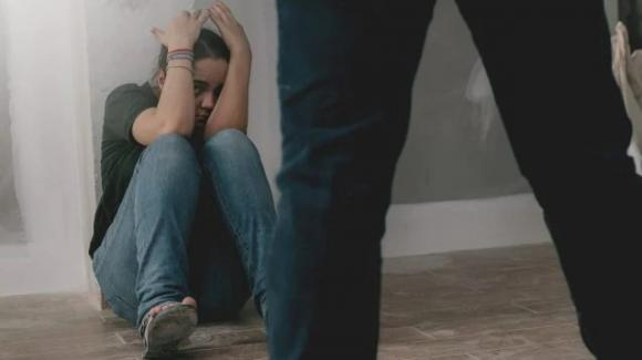 """Ragazzina 17enne denuncia il padre padrone: """"È violento, siamo tutte terrorizzate"""""""