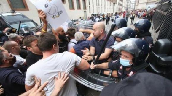 Milano, scontri con la Polizia ad un corteo no Green-Pass