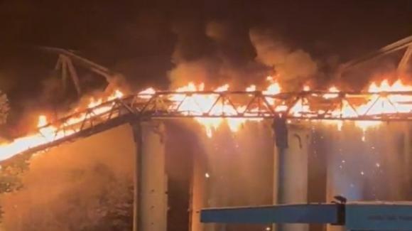 Roma, incendio al ponte di ferro, quartiere Ostiense