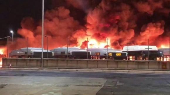 Roma, rogo nella rimessa Atac: 20 bus distrutti dalle fiamme