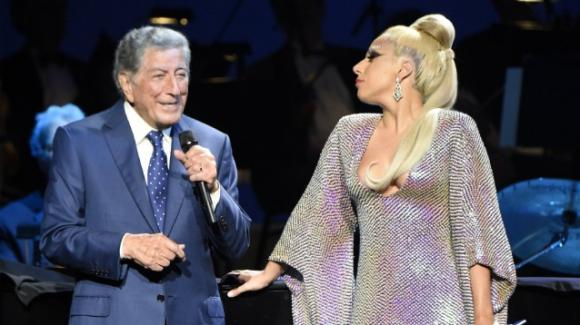 """Tony Bennett, il racconto della moglie sull'Alzheimer e l'emozione di Lady Gaga: """"Mi ha riconosciuta solo sul palco"""""""
