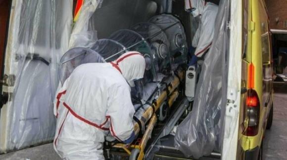 Le fanno fare l'infermiera a scuola: bimba muore di Covid 5 giorni dopo il contagio